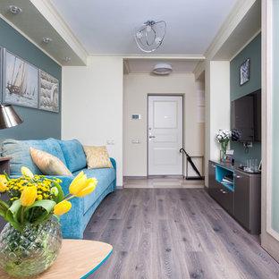 Пример оригинального дизайна: парадная, изолированная гостиная комната в современном стиле с зелеными стенами, паркетным полом среднего тона, телевизором на стене и коричневым полом