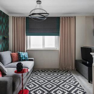 Свежая идея для дизайна: изолированная гостиная комната среднего размера в современном стиле с бежевыми стенами, паркетным полом среднего тона, стандартным камином, фасадом камина из штукатурки, отдельно стоящим ТВ, серым полом и обоями на стенах - отличное фото интерьера