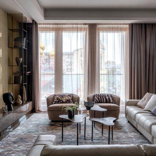Неиссякаемый источник вдохновения для домашнего уюта: большая гостиная комната в современном стиле с мраморным полом, коричневым полом и бежевыми стенами