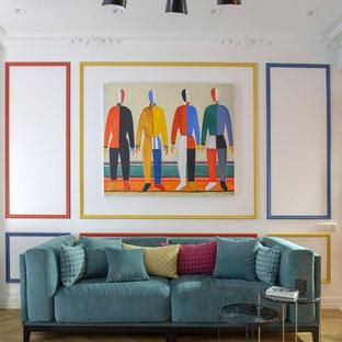 Идея дизайна: гостиная комната среднего размера в стиле фьюжн с белыми стенами, паркетным полом среднего тона и коричневым полом