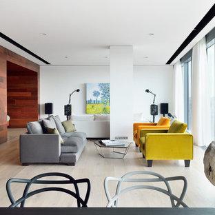 Свежая идея для дизайна: большая парадная, открытая гостиная комната в современном стиле с белыми стенами, светлым паркетным полом и бежевым полом - отличное фото интерьера