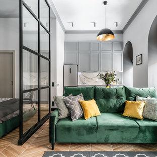 На фото: маленькая открытая гостиная комната в стиле современная классика с серыми стенами, полом из керамической плитки и коричневым полом с