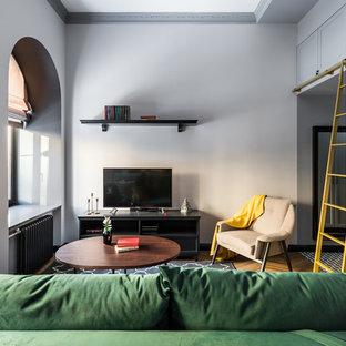 Идея дизайна: маленькая открытая гостиная комната в стиле современная классика с серыми стенами, полом из керамической плитки, отдельно стоящим ТВ и коричневым полом