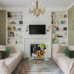 Свежая идея для дизайна: гостиная комната в стиле современная классика с зелеными стенами, ковровым покрытием, телевизором на стене и разноцветным полом - отличное фото интерьера
