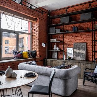 Идея дизайна: маленькая гостиная комната в стиле лофт с красными стенами, темным паркетным полом, коричневым полом, балками на потолке и кирпичными стенами