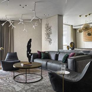 На фото: большая гостиная комната в современном стиле с бежевыми стенами, темным паркетным полом и коричневым полом с