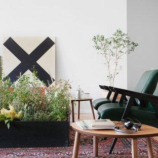 Идея дизайна: гостиная комната в современном стиле с белыми стенами и паркетным полом среднего тона