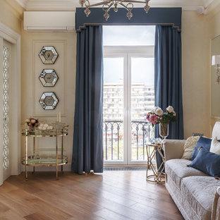 Новый формат декора квартиры: парадная гостиная комната в классическом стиле с бежевыми стенами и паркетным полом среднего тона