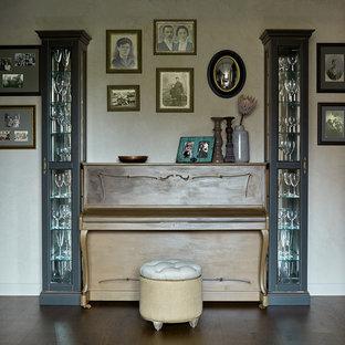 Idéer för att renovera ett mellanstort eklektiskt allrum med öppen planlösning, med mörkt trägolv, beige väggar och ett musikrum