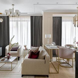Идея дизайна: открытая гостиная комната в современном стиле с бежевыми стенами и светлым паркетным полом