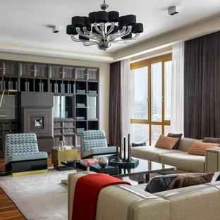 Идея дизайна: гостиная комната в современном стиле с бежевыми стенами, паркетным полом среднего тона и коричневым полом