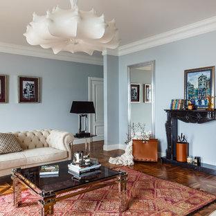 На фото: изолированная гостиная комната в стиле современная классика с синими стенами, паркетным полом среднего тона и коричневым полом