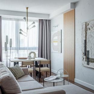 Неиссякаемый источник вдохновения для домашнего уюта: гостиная комната среднего размера в современном стиле с белыми стенами, темным паркетным полом и коричневым полом