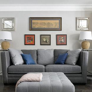 Новые идеи обустройства дома: парадная, изолированная гостиная комната в стиле современная классика с серыми стенами, черным полом и темным паркетным полом