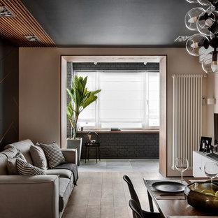 Стильный дизайн: гостиная комната в современном стиле с бежевыми стенами, паркетным полом среднего тона и коричневым полом - последний тренд