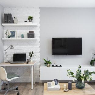 Kleines, Offenes Modernes Wohnzimmer mit grauer Wandfarbe, Laminat, Wand-TV und beigem Boden in Moskau