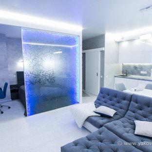 Foto di un soggiorno design di medie dimensioni e aperto con sala della musica, pareti bianche, pavimento in sughero, nessun camino e TV a parete