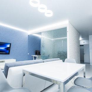 Foto di un soggiorno minimal di medie dimensioni e aperto con sala della musica, pareti blu, pavimento in sughero, nessun camino e TV a parete