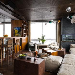 Стильный дизайн: открытая гостиная комната в современном стиле с серыми стенами, темным паркетным полом, угловым камином, фасадом камина из плитки и коричневым полом - последний тренд