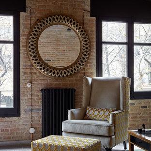 Esempio di un soggiorno tradizionale di medie dimensioni e aperto con pareti marroni, pavimento con piastrelle in ceramica, nessun camino e pavimento marrone