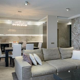 Foto di un soggiorno minimal di medie dimensioni e aperto con pareti beige, pavimento in sughero, camino lineare Ribbon, TV a parete e pavimento beige