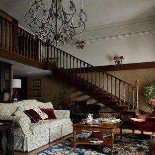 На фото: открытая гостиная комната в классическом стиле с коричневыми стенами и коричневым полом