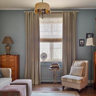 Идея дизайна: гостиная комната в стиле современная классика с библиотекой, синими стенами и темным паркетным полом