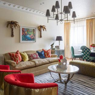 Пример оригинального дизайна: парадная гостиная комната в стиле фьюжн с бежевыми стенами и паркетным полом среднего тона