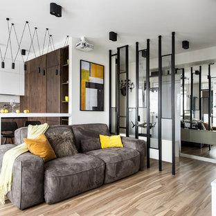 Стильный дизайн: открытая гостиная комната в современном стиле с белыми стенами, светлым паркетным полом и бежевым полом - последний тренд