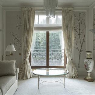 Modelo de salón clásico renovado con paredes beige, moqueta, marco de chimenea de piedra y suelo blanco