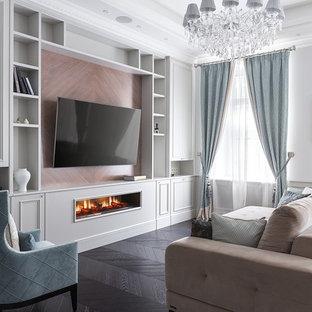 Свежая идея для дизайна: гостиная комната в классическом стиле с белыми стенами, темным паркетным полом, горизонтальным камином, телевизором на стене и коричневым полом - отличное фото интерьера