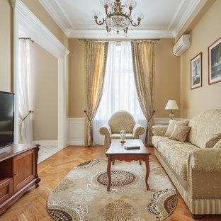 モスクワの中サイズのトラディショナルスタイルのおしゃれな独立型リビング (フォーマル、ベージュの壁、無垢フローリング、暖炉なし、据え置き型テレビ、茶色い床) の写真