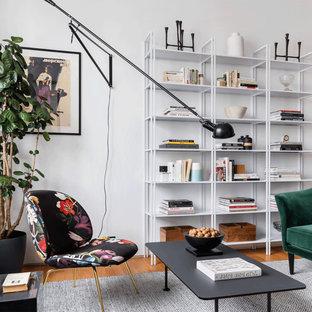 Пример оригинального дизайна: гостиная комната в современном стиле с белыми стенами, паркетным полом среднего тона и коричневым полом