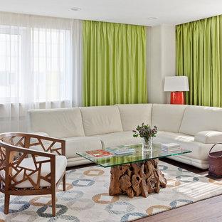 На фото: парадная гостиная комната в современном стиле с белыми стенами, темным паркетным полом и коричневым полом с