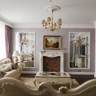 Diseño de salón para visitas abierto, clásico, de tamaño medio, con paredes púrpuras, suelo de madera oscura, chimenea tradicional, televisor colgado en la pared y marco de chimenea de piedra