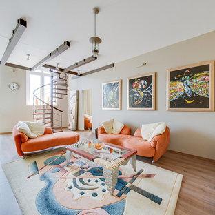 Стильный дизайн: открытая гостиная комната в стиле фьюжн с бежевыми стенами, паркетным полом среднего тона и коричневым полом - последний тренд