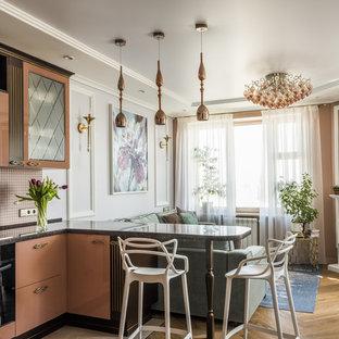 Ejemplo de salón para visitas abierto, tradicional renovado, pequeño, con paredes marrones, suelo de madera en tonos medios, chimenea tradicional, televisor colgado en la pared y suelo marrón