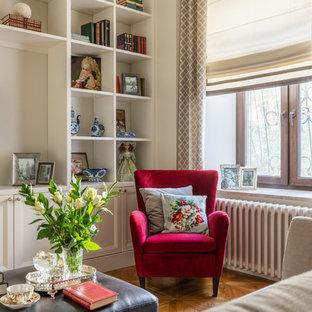 Foto di un soggiorno chic di medie dimensioni e aperto con libreria, pareti beige, pavimento in legno massello medio, camino classico, cornice del camino in legno, TV autoportante e pavimento giallo