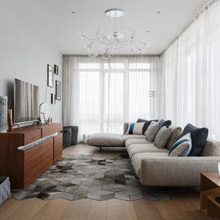 Неиссякаемый источник вдохновения для домашнего уюта: большая гостиная комната в современном стиле с паркетным полом среднего тона, отдельно стоящим ТВ и серыми стенами без камина