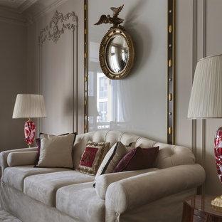 Идея дизайна: гостиная комната в стиле современная классика с бежевыми стенами