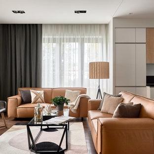 Неиссякаемый источник вдохновения для домашнего уюта: открытая гостиная комната в современном стиле с белыми стенами, паркетным полом среднего тона и коричневым полом