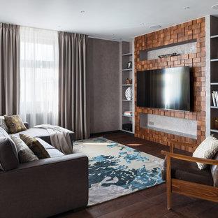 Свежая идея для дизайна: большая открытая гостиная комната в современном стиле с серыми стенами, телевизором на стене, коричневым полом и темным паркетным полом - отличное фото интерьера