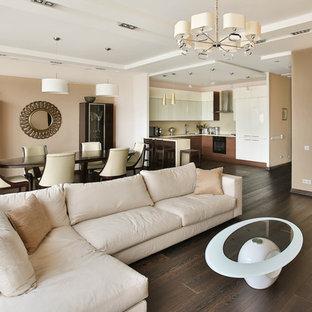 Стильный дизайн: гостиная комната в современном стиле с бежевыми стенами и многоуровневым потолком - последний тренд