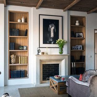 Удачное сочетание для дизайна помещения: гостиная комната в стиле фьюжн с камином и белыми стенами - самое интересное для вас
