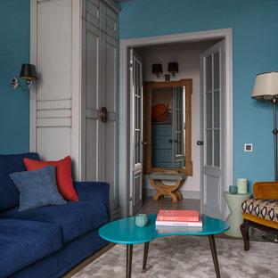 На фото: парадная, изолированная гостиная комната в стиле современная классика с синими стенами, паркетным полом среднего тона и коричневым полом с