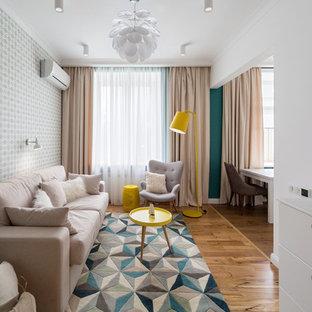 Пример оригинального дизайна: парадная, открытая гостиная комната в скандинавском стиле с паркетным полом среднего тона и телевизором на стене