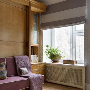 На фото: гостиная комната среднего размера в классическом стиле с разноцветными стенами и светлым паркетным полом с