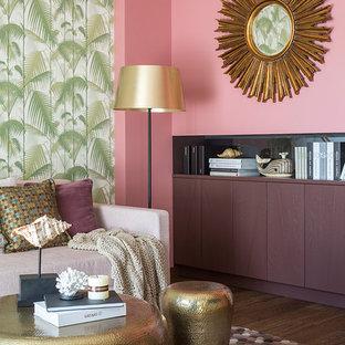 Diseño de salón actual con paredes rosas, suelo marrón y suelo de madera oscura
