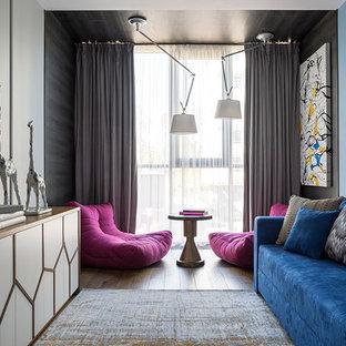 Идея дизайна: изолированная гостиная комната в современном стиле с коричневым полом, синими стенами и темным паркетным полом