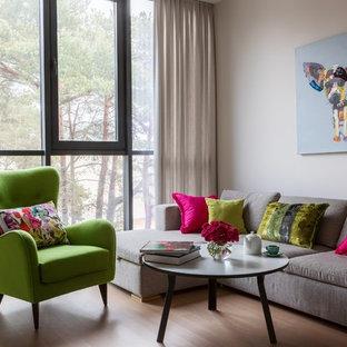 На фото: гостиная комната в современном стиле с серыми стенами и паркетным полом среднего тона с